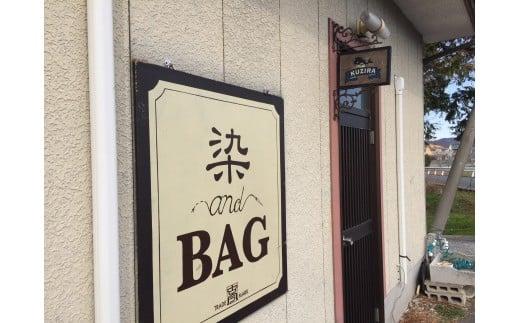 天然染めのバッグやストールなどを販売する「古今」