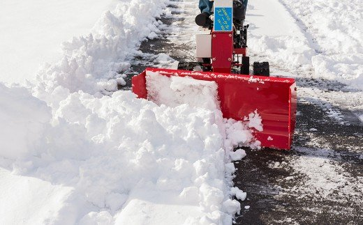 三角型排雪板を搭載しておりますので歩道の除雪に便利で、排雪板の角度調整可能です!