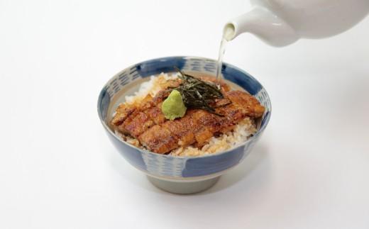 三つ目の食べ方は、うなぎの骨からとった特製出汁でサラサラと。