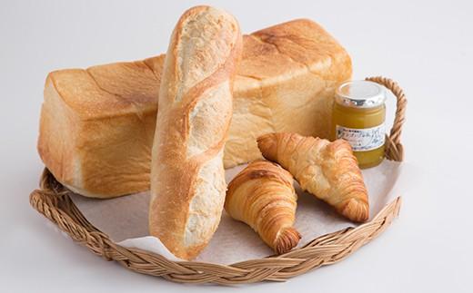 食パン、クロワッサン、カンパーニュ、青マンゴージャム入り。