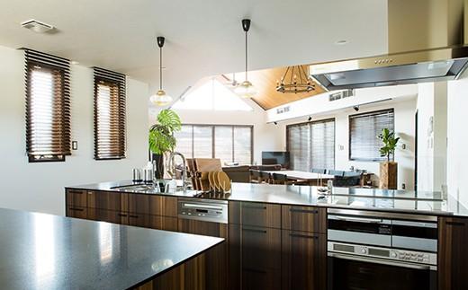 ダイニングより更に奥、天井の下がった空間にはウッディな木目をベースとしたキッチンカウンターを設置しています。