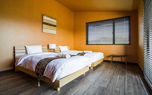 太陽の色がそのまま焼き付いたかのようなシャイニーイエローのベッドルーム。