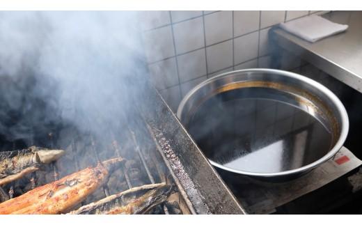 創業以来継ぎ足しの秘伝のタレ。タレにくぐらせて焼く。この工程を3回ほど繰り返します。