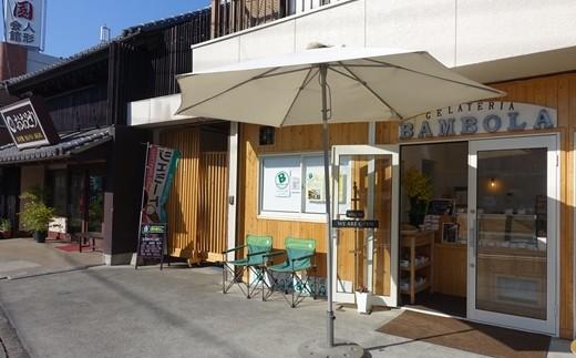 店舗外観。奥に見えるのが老舗煎餅店「本手焼おおとり」です。