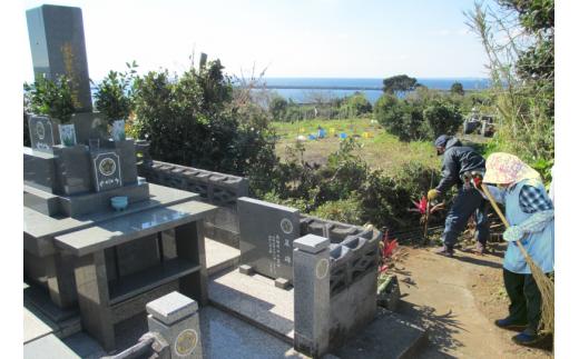 お墓の掃除(水洗い、除草 他)の後に、その季節のお花(しば花・ヒサカキ等)を献花いたします。