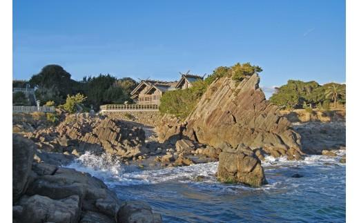 """大御神社 絶景の大海原を見渡す柱状岩に立つ大御神社は、""""日向のお伊勢さま""""として知られています"""