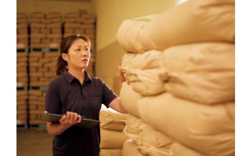 味度計、色彩選別機等を駆使して宮内千栄(中四国農政局認定国内農産物検査員)が全てのお米の検査を行います。