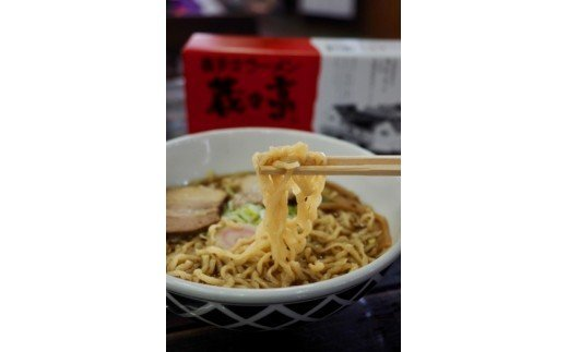 こだわりのスープと平打ちの太麺をお楽しみください