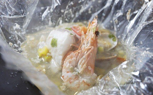 魚料理:鮮魚の包み焼 アクアパッツァ風・・・耐熱のフィルムで魚介(明石鯛)と魚の出汁で煮込んだイタリア料理