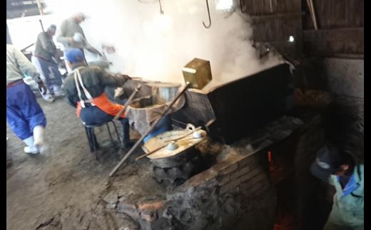のぼり釜を炊く、燃料は「まき」! やさしい火力が出るんです。との事。