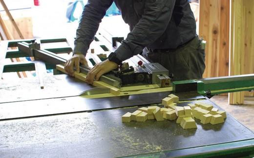 厳選した国産ヒノキを使用し、朝霞市の職人が木を削り余分な筋などを省きながら作ります。