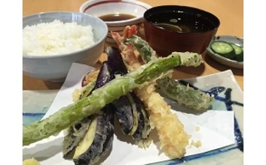 「和食処あんず館」の新鮮素材と伊王野地域のおいしいコシヒカリを使った天ぷらご飯。衣がサクサクッ!!