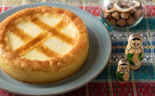 周りのクッキー生地はサクサク、中はレアチーズケーキと間違えられるほどのマイルドでクリーミーな味わいが特長です