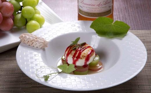 デザートの一例(旬のブドウを使用したアイス)