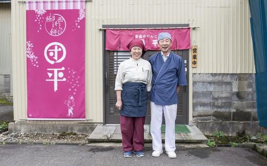 「未来のある子ども達が暮らしやすい街づくりのために寄付を使ってもらいたい」と、工場併設のカフェの前で笑顔を見せるご夫婦