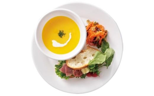 丸皿大とスープカップの使用例。重ね使いも楽しい