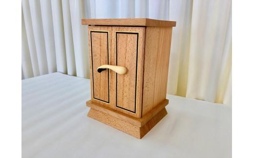 国産のブナ材を使い、細工は黒檀や苦木で象嵌を施しています。
