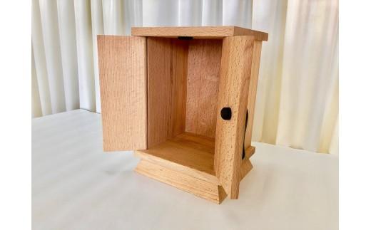 箱の中に骨壷や遺影などを飾ることができます。