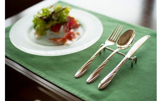 食卓に並んだ1セット