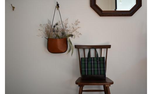 鮮やかなグリーンベースのタータンチェックは年中通して使え、PAGOTのレトロでトラッドな雰囲気にピッタリです。