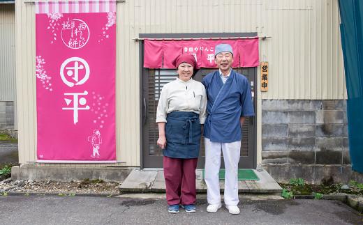 """カフェ """" 団平かふぇ """" の前にて。素敵な笑顔を見せるご夫婦"""