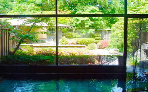 内風呂から眺める自然の美しさ。