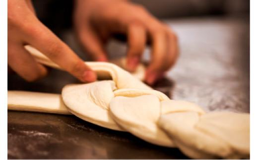 熟練の職人たちが素材にこだわり、温度や時間管理を徹底して育てた生地に国産フレッシュバターを丁寧に折り込み、高温で焼き上げました。