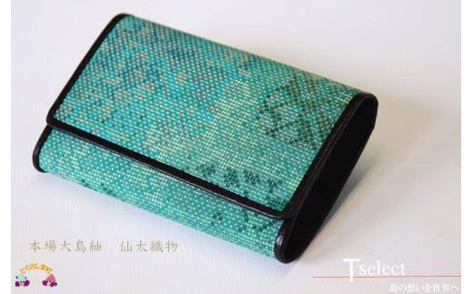 爽やかな印象の新緑色の大島紬は、とても落ち着いた美しさです。