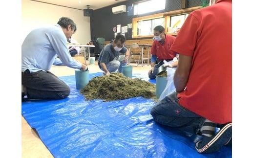 障がい者就労施設のメンバーが丁寧に竹チップの梱包をしています!