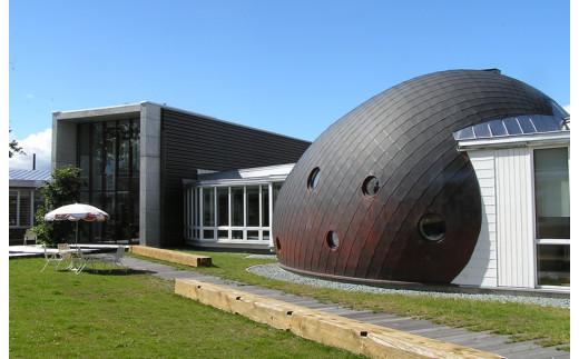 絵本の館です。丸い建物の中には木のプールがあります。子供達の明るい笑い声が聞こえてきます。