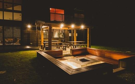 [ ケアンズ・ガーデン・ダイニング ] テーブルを囲みながら、お庭でゆったりとBBQをお楽しみください。