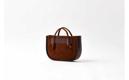 イギリス製のクーズーという、牛のようでシカのような日本では見ることのない動物の革を使用した、PAGOT初のスエードのバッグです。