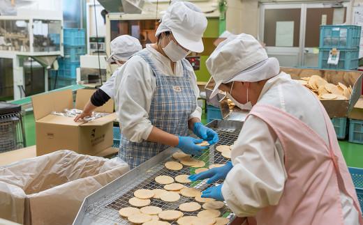 10名の従業員さんが生地づくり、味付け、選別、袋詰めなどの各工程を担当しています。