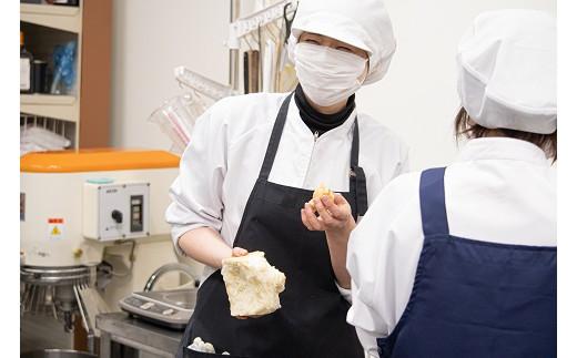 苦労して完成した食パンの味にスタッフの皆さんも満足