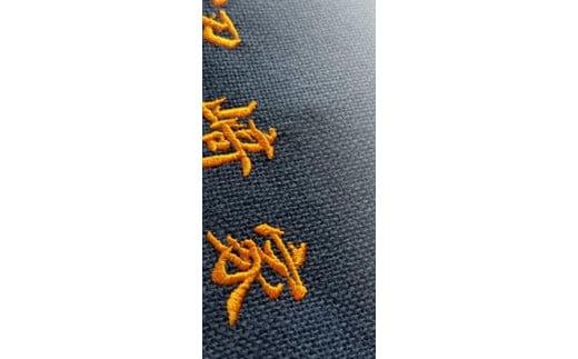 日本の技術が光る刺繍職人による丁寧な刺繍でお名前をお入れ致します。