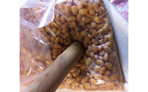 *大豆をつぶします。
