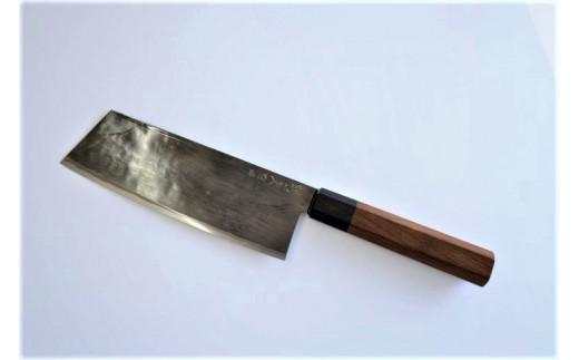 万能文化庖丁。刃渡り15~18センチ。まな板に当たる面が真っすぐで先も尖っているので、肉、魚、野菜ともに使いやすい庖丁。