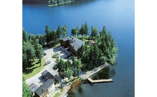 空撮写真:北海道の秘境の湖として豊かな自然を残すチミケップ湖のほとりに建っている小さなオーベルジュ「チミケップホテル」