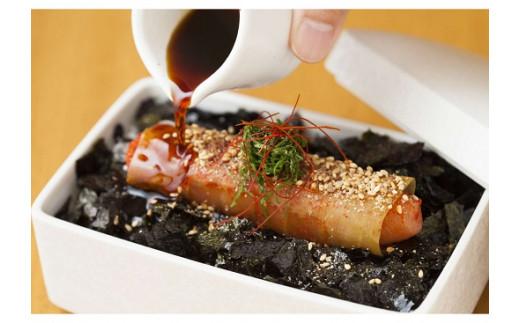 ご飯にのせて、タレをかけて、大葉・白ごま・糸唐辛子でよりお店の味に♪