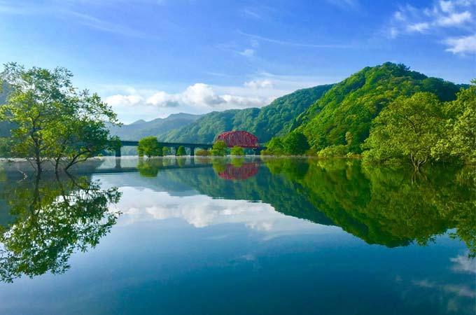 西和賀の自然の魅力をお伝えするのがネビラキが主催するエコツアー。春は、満水の錦秋湖で水没林のカヌーツアーを企画中。