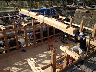 柱や梁の組み上げ作業