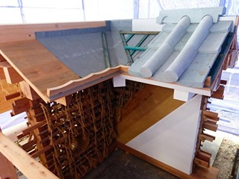 土塀の原寸大模型を制作し、壁の塗り方や石瓦の葺き方などの伝統的な工法を確認