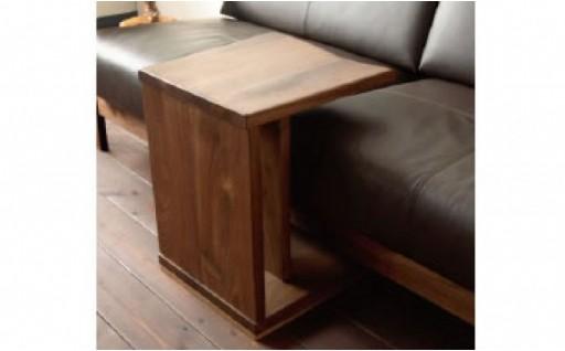 木材の持つ木目の面白さを楽しめるサイドテーブル