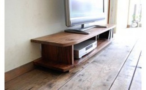 無垢材のやさしさが全面から感じられるテレビボードです。