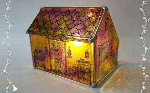 幻想的な家型ステンドグラス・ランプ。クリスマスプレゼントに!