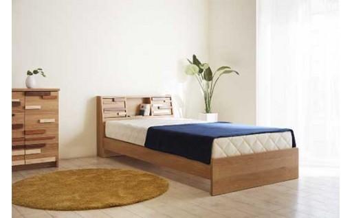 3樹種の無垢材をあしらった扉が個性的なベッドフレーム