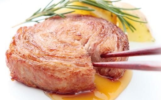 人気の黒豚ロールと牛ロールを贅沢に食べ比べ
