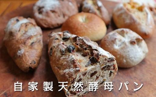 小麦の味をダイレクトに感じる、ハードな食感の自家製粉パン