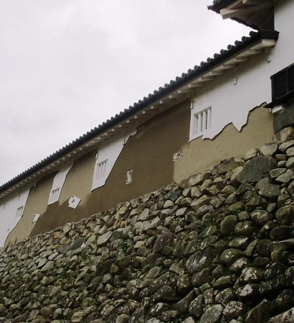 平成29年10月22日から23日にかけて彦根市に影響を与えた台風21号の被害として、国宝彦根城天守、附櫓及び多聞櫓の多聞櫓部分の北面の外壁が剥離しました。これは平成の改修において塗り直しを行った範囲であり、江戸時代から残存している部分の被害はありませんでしたが、天守の美観に大きく影響を与えており、放置しておくと、被害が拡大し、より深刻な文化財のき損を招くことになります。このため修理の必要があります。