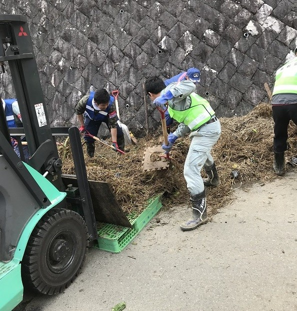 京都府では全庁を挙げて災害対応に取り組んでいますが、これに加え、9月22日から24日に30名、10月27日から29日に36名の京都府職員が、ボランティアで民家の泥だしや清掃作業などを行いました。一日も早い復興・復旧のため、引き続き支援を行います。